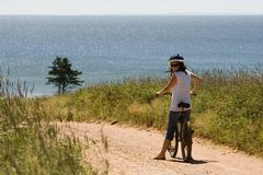 Frau auf einem Fahrrad stockfotografie