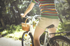 Frau auf einem Fahrrad Lizenzfreies Stockfoto