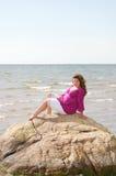 Frau auf einem Felsen Stockfoto