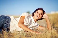 Frau auf einem Gebiet lizenzfreies stockbild