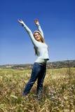 Frau auf einem Gebiet lizenzfreies stockfoto