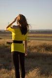 Frau auf einem Gebiet, das zum Sun schaut Stockfotos