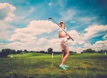 Frau auf einem Golffeld lizenzfreies stockbild