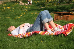 Frau auf einem Gras Stockfotografie
