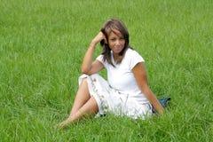 Frau auf einem grasartigen Gebiet (4) Stockbild