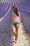 Frau auf einem Lavendelfeld Stockfotos