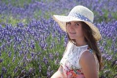 Frau auf einem Lavendelfeld Stockbilder
