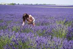 Frau auf einem Lavendelfeld Lizenzfreie Stockfotografie