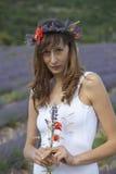 Frau auf einem Lavendelgebiet Lizenzfreie Stockfotos