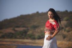 Frau auf einem Naturweg Stockbilder
