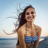 Frau auf einem Pebble Beach Lizenzfreie Stockfotografie