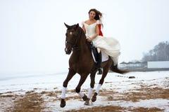 Frau auf einem Pferd stockfotografie