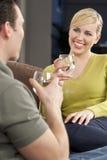 Frau auf einem romantisches Datum-trinkenden Glas Wasser Stockbilder