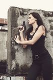 Frau auf einem Schlachtfeld Stockfotografie