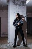 Frau auf einem Schlachtfeld Stockfotos