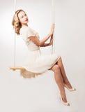 Frau auf einem Schwingen Stockfoto