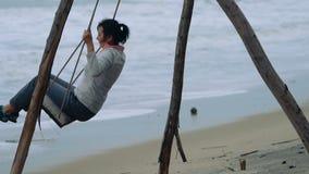 Frau auf einem Schwingen stock video