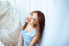 Frau auf einem Schwingen im Studio Lizenzfreie Stockbilder