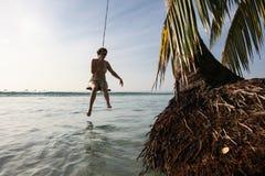 Frau auf einem Schwingen am Strand Lizenzfreies Stockbild