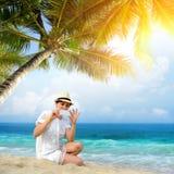 Frau auf einem Strand lizenzfreies stockbild