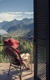 Frau auf einem Stuhl auf dem Balkon Stockfotos