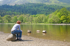 Frau auf einem Ufer lizenzfreie stockfotografie