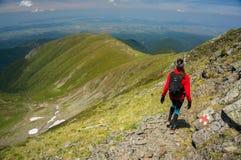 Frau auf einem Weg in den Bergen lizenzfreie stockfotos