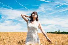 Frau auf einem Weizengebiet Stockfotografie