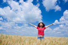 Frau auf einem Weizengebiet Lizenzfreies Stockbild