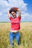 Frau auf einem Weizengebiet Lizenzfreie Stockbilder