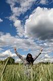 Frau auf einem Weizengebiet Stockbild