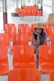 Frau auf einer Bahnplattform Stockfotos