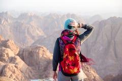 Frau auf einer Bergspitze in den Sinai-Bergen Stockbild