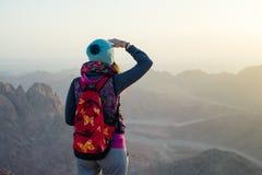 Frau auf einer Bergspitze in den Sinai-Bergen Lizenzfreie Stockfotografie