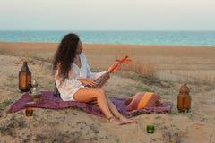 Frau auf einer Düne Lizenzfreie Stockbilder