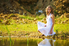 Frau auf einer Flussquerneigung stockbild