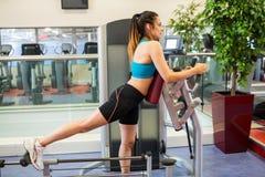 Frau auf einer Gewichtsmaschine für ihre Beine Stockfotografie