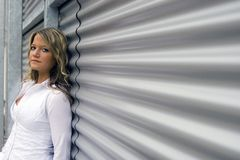 Frau auf einer Metallwand Lizenzfreie Stockbilder