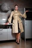 Frau auf einer neuen Küche Stockbild