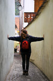Frau auf einer schmalen Straße Lizenzfreies Stockfoto