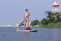 Frau auf einer Stellung herauf Paddleboard-SUP lizenzfreies stockfoto