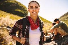 Frau auf einer wandernden Reise mit Freunden lizenzfreie stockfotos