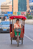 Frau auf elektrischer motorisierter Rikscha, Peking, China lizenzfreies stockbild
