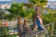 Frau auf exotischem Garten stockbilder