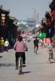 Frau auf Fahrrad in der alten Stadt von Pingyao Stockbilder