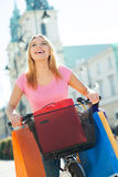 Frau auf Fahrrad mit Einkaufenbeuteln Stockfotos