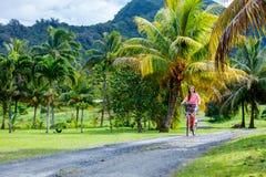Frau auf Fahrradfahrt Lizenzfreie Stockfotos