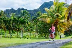 Frau auf Fahrradfahrt Stockfotografie