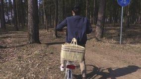 Frau auf Fahrradweg im Park stock video footage