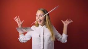 Frau auf fallendem Banknoten-Hintergrund stock video